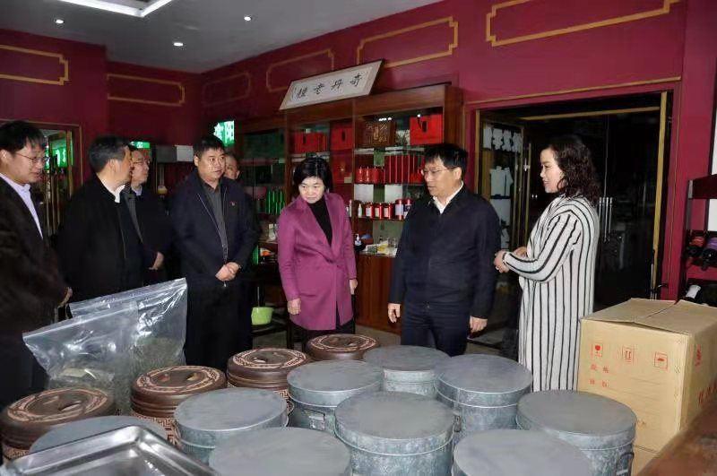 王新会到信阳国际茶城调研时强调:盘活市场 加强管理